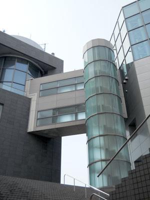 大階段からガラス張りの螺旋階段を見上げて1枚。左がエレベーターのある直方体の建物で、右が展望室と休憩ルームのある菱形の建物。両棟は渡り廊下で結ばれています。